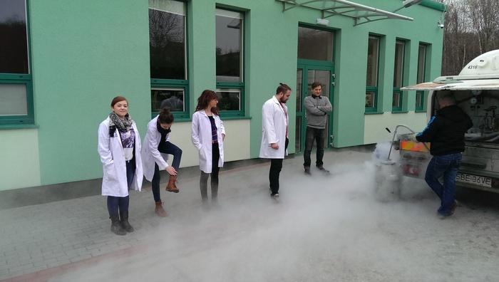 Studenci oglądają w jaki sposób napełniane są butle z ciekłym azotem